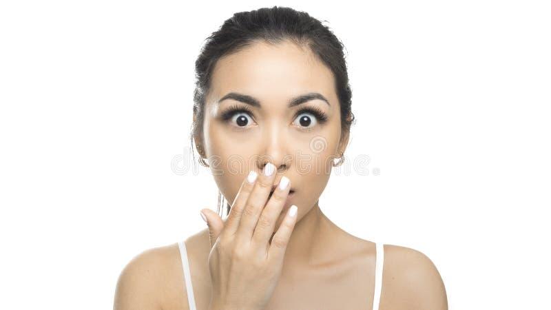 Menina bonita com emo??es expressivos Mulher asiática da beleza nova chocado Isolado no fundo branco imagens de stock royalty free