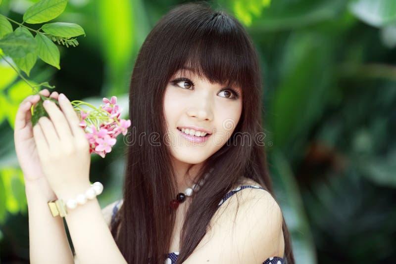 Menina bonita com flor fotos de stock royalty free