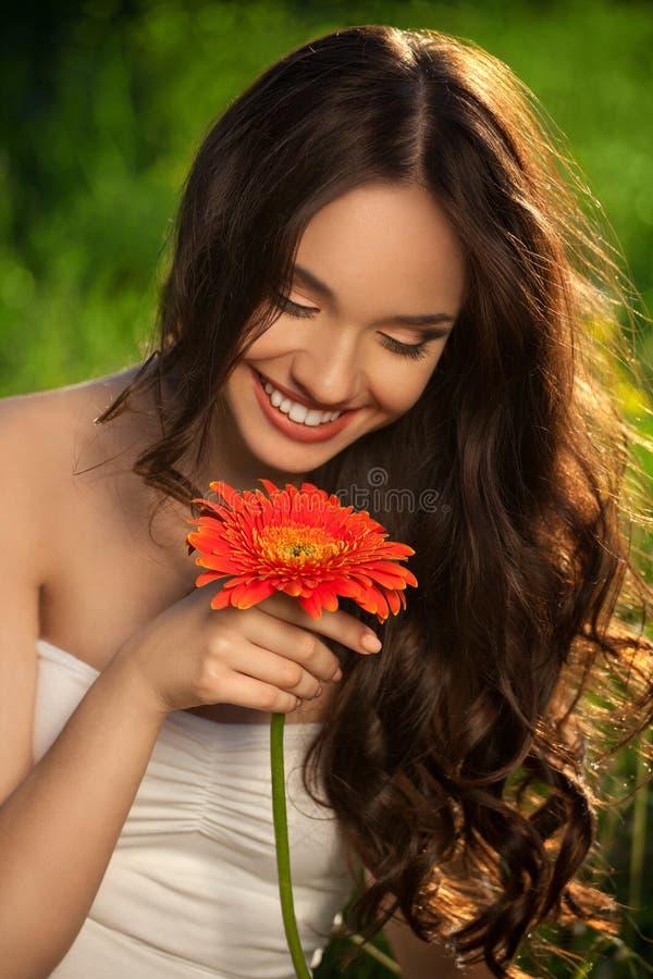 Menina bonita com flor do Gerbera fotografia de stock