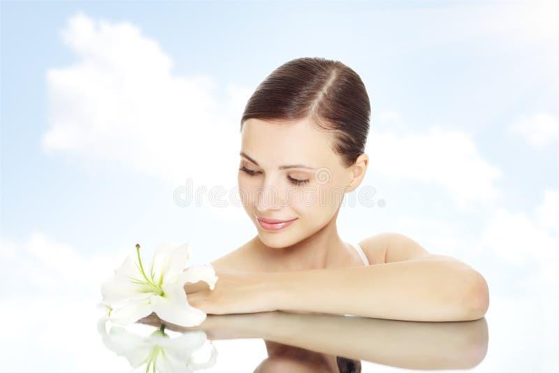 Menina bonita com flor do lírio fotos de stock royalty free
