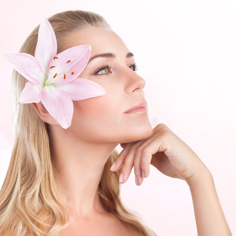 Menina bonita com flor do lírio fotografia de stock royalty free