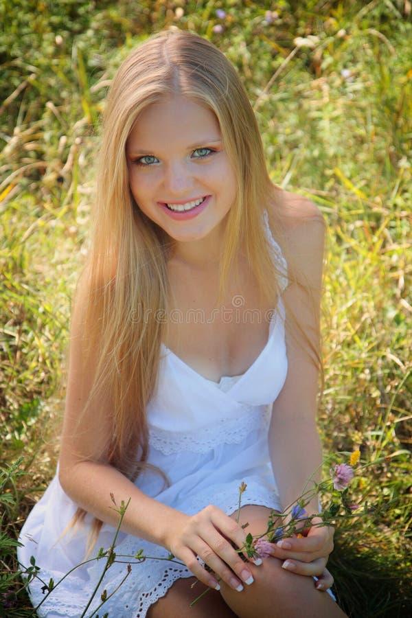 Download Menina bonita com flores. foto de stock. Imagem de verde - 26501450