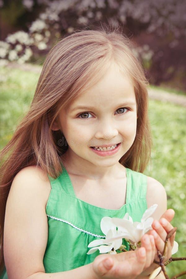 Menina bonita com flores da mola fotos de stock