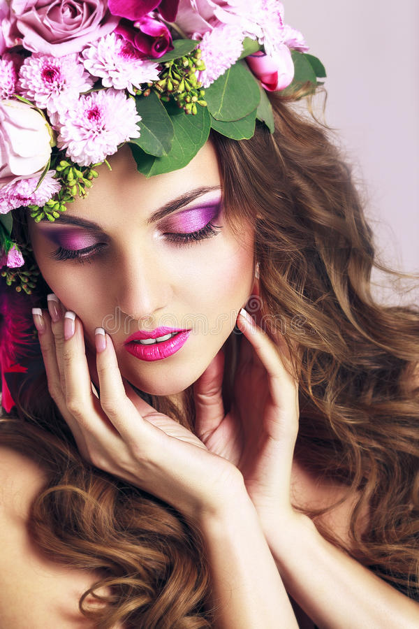 Menina bonita com flores diferentes Beleza Woman Face modelo fotografia de stock royalty free