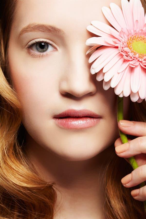 Menina bonita com gerbera imagens de stock royalty free