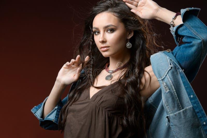 Menina bonita com joia ajustada Mulher em uma colar com um anel, os brincos e um bracelete Beleza e acess?rios imagens de stock royalty free