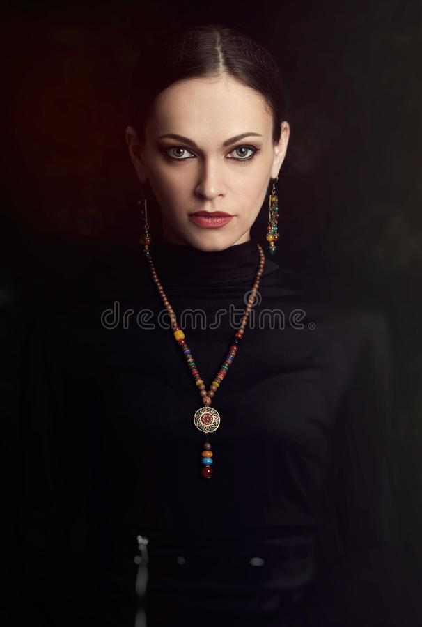 Menina bonita com joia, colar e brincos foto de stock royalty free