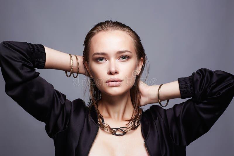 Menina bonita com joia mulher molhada nova do penteado fotografia de stock