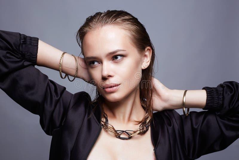 Menina bonita com joia mulher molhada nova do penteado fotografia de stock royalty free