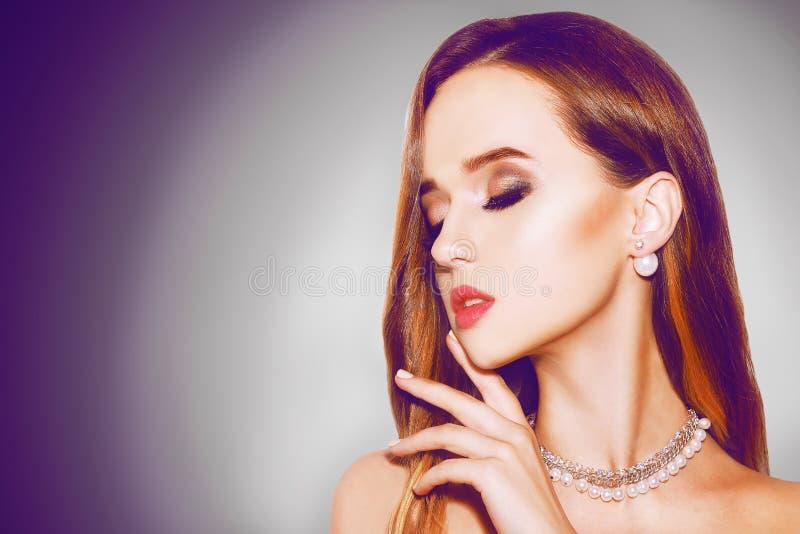 Menina bonita com joia Prata Beleza e acessórios bijouterie, brincos cabelo longo e joia no fundo preto Fas fotografia de stock