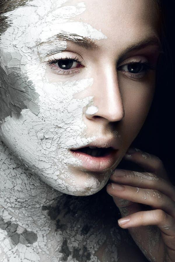 Menina bonita com lama em sua cara Máscara cosmética Face da beleza imagem de stock royalty free