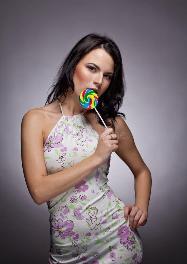 Menina bonita com Lollipop imagens de stock royalty free