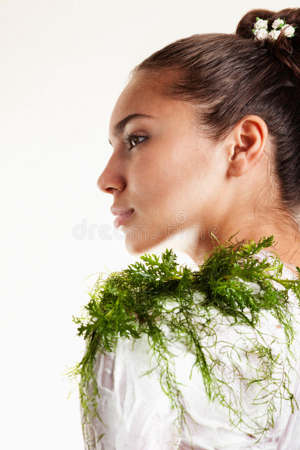 Menina bonita com máscara do corpo da alga imagens de stock royalty free