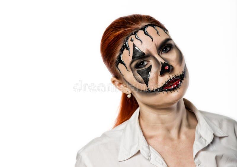 Menina bonita com a m?scara terr?vel pintada em sua cara Dia das Bruxas e composi??o criativa imagem de stock