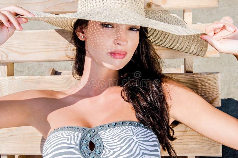 Menina bonita com o chapéu na praia imagens de stock