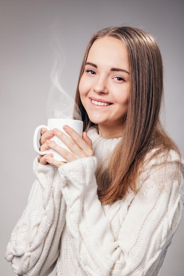 Menina bonita com o copo do chá ou do café fotografia de stock royalty free