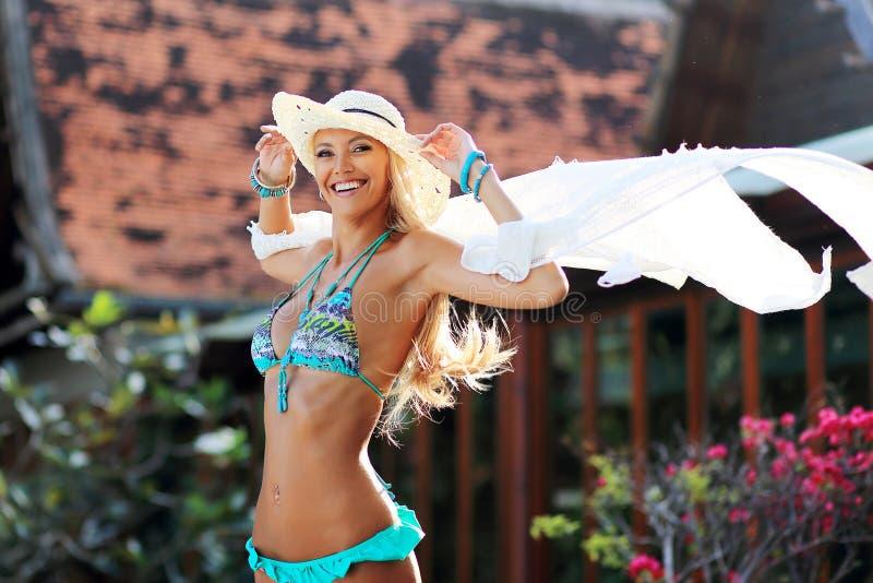 Menina bonita com o lenço branco que tem o divertimento exterior imagem de stock royalty free