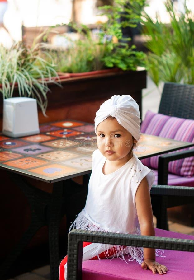 Menina bonita com o turbante branco em sua cabeça imagem de stock