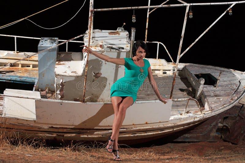 Download Menina bonita e um barco imagem de stock. Imagem de menina - 29830219