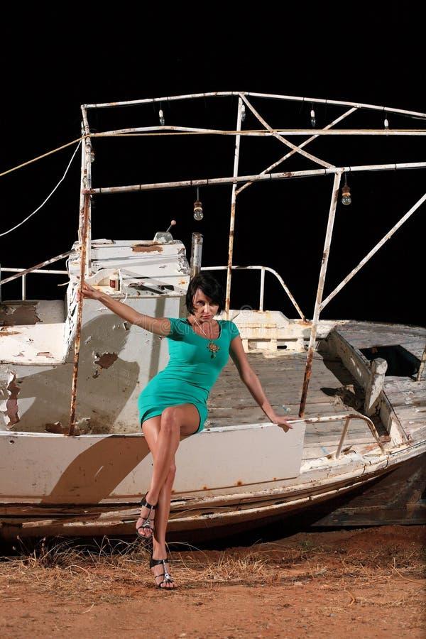 Download Menina bonita e um barco imagem de stock. Imagem de retrato - 29830251