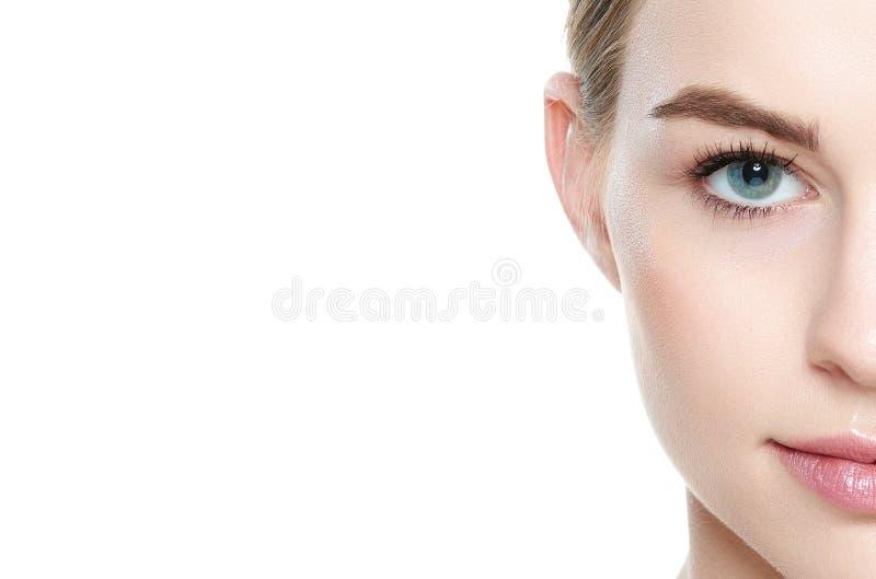 Menina bonita com olhos azuis e cabelo louro, com os ombros despidos, olhando o sorriso da câmera Modelo com composição clara do  imagem de stock
