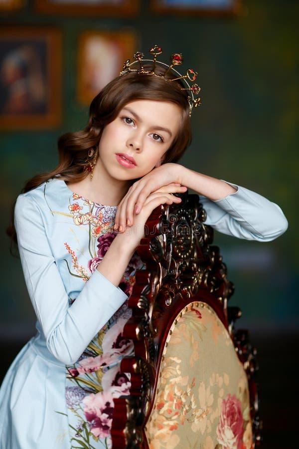 Menina bonita com olhos marrons e cabelo ondulado marrom na cabeça mim fotos de stock