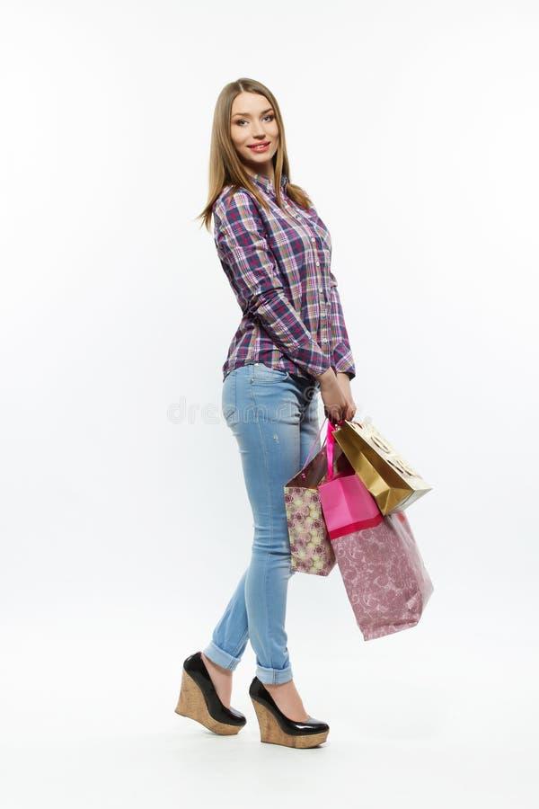 Menina bonita com os bsgs shoping isolados imagens de stock