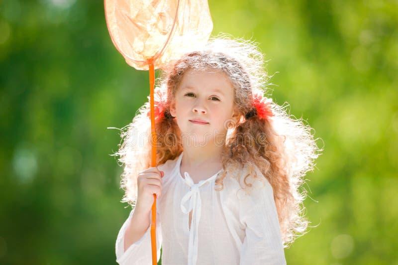 Menina bonita com rede da borboleta imagem de stock