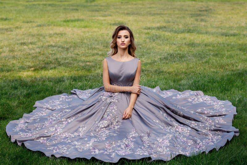 Menina bonita com rosas Beleza Woman Face modelo Pele perfeita imagem de stock
