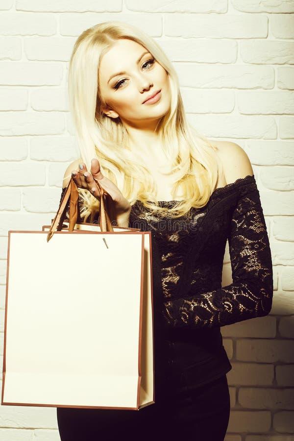 Menina bonita com saco de compra imagens de stock royalty free