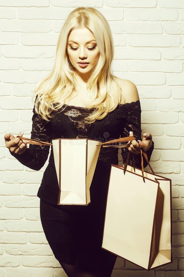 Menina bonita com saco de compra imagem de stock royalty free