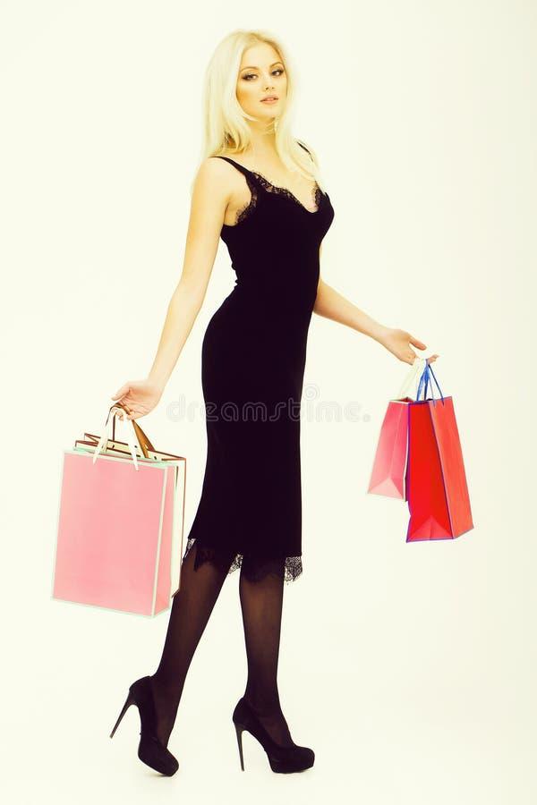 Menina bonita com sacos de compras fotos de stock royalty free