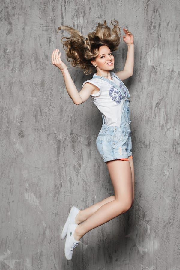 Menina bonita com salto do cabelo encaracolado imagem de stock royalty free