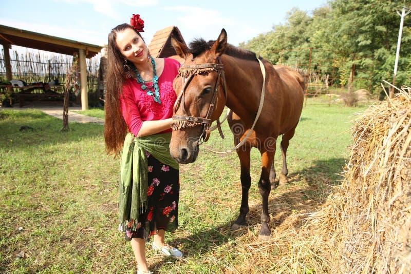 Menina bonita com seu cavalo imagens de stock