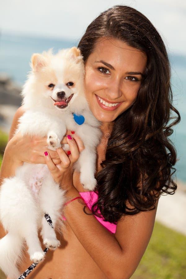 Menina bonita com seu Pomeranian foto de stock
