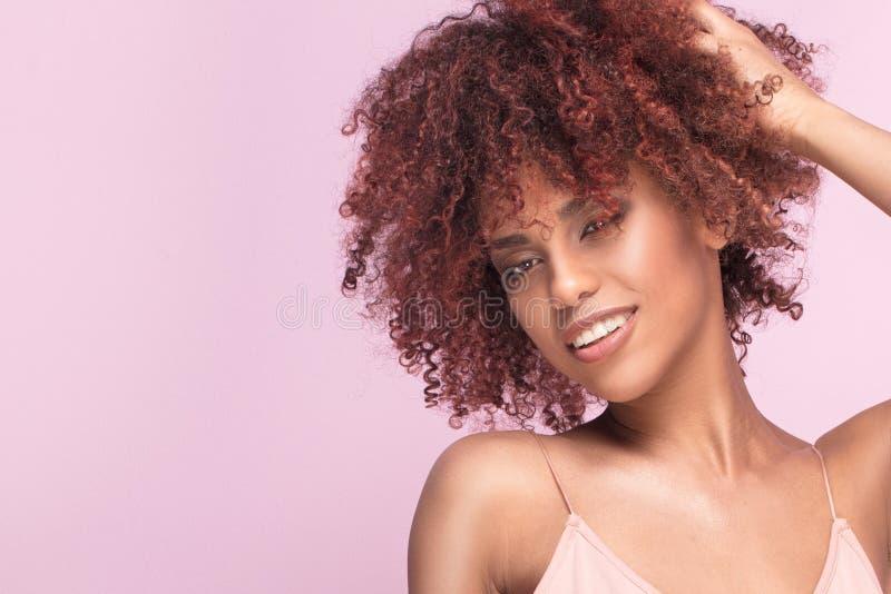 Menina bonita com sorriso afro fotos de stock royalty free