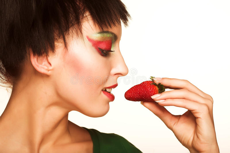 Menina bonita com strwberry fotos de stock royalty free
