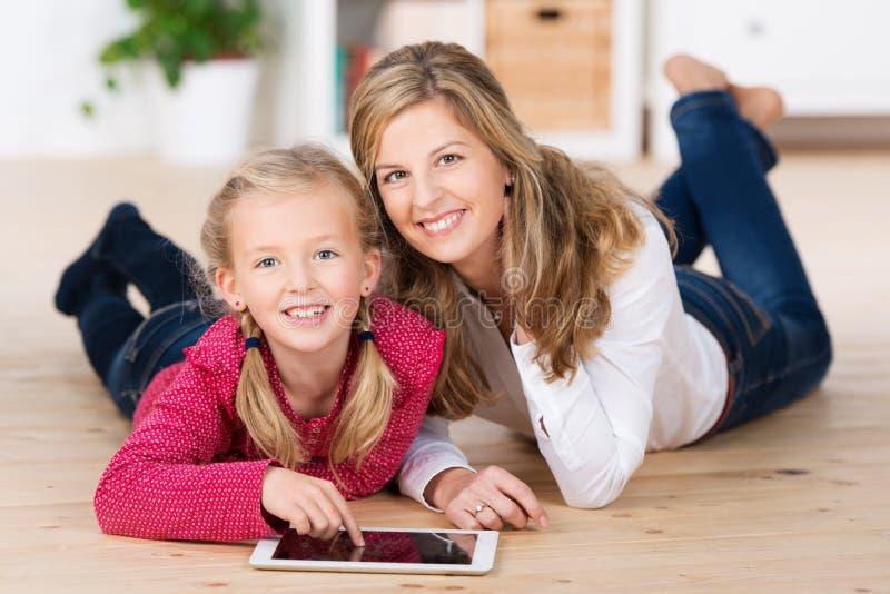 Menina bonita com sua mãe imagens de stock royalty free