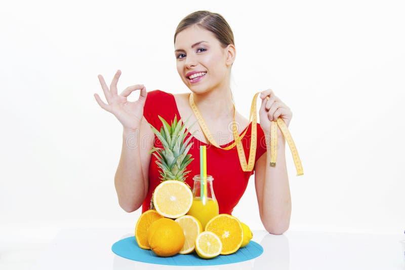 Menina bonita com suco de fruto fresco fotografia de stock royalty free