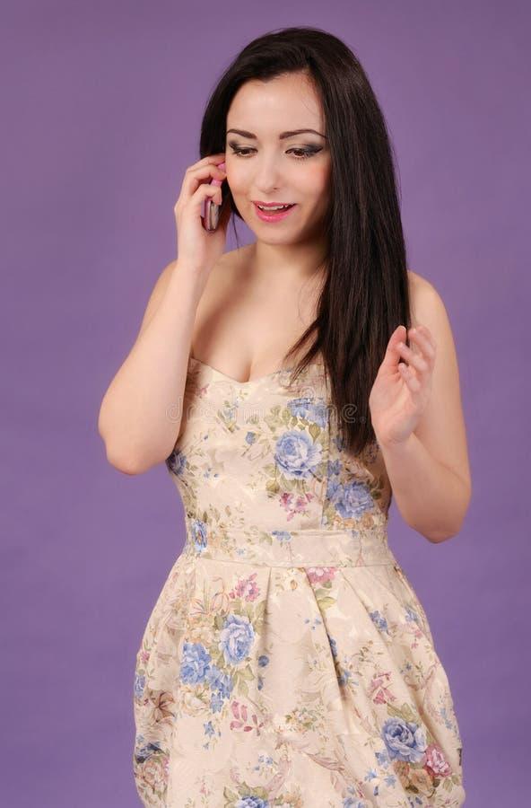 Menina bonita com telefone foto de stock royalty free