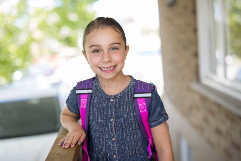 Menina bonita com a trouxa pronta de volta à escola imagens de stock