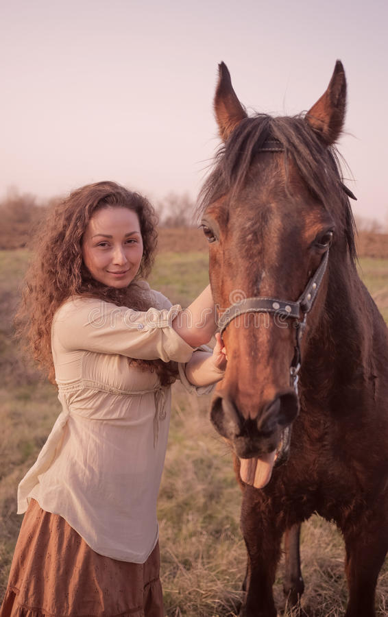 Menina bonita com um cavalo imagens de stock royalty free