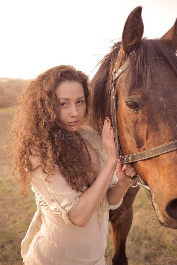 Menina bonita com um cavalo imagem de stock