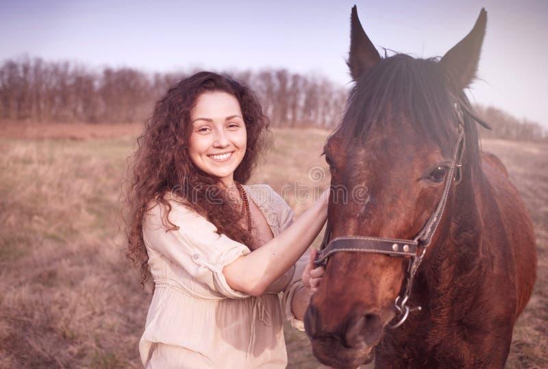 Menina bonita com um cavalo fotografia de stock royalty free