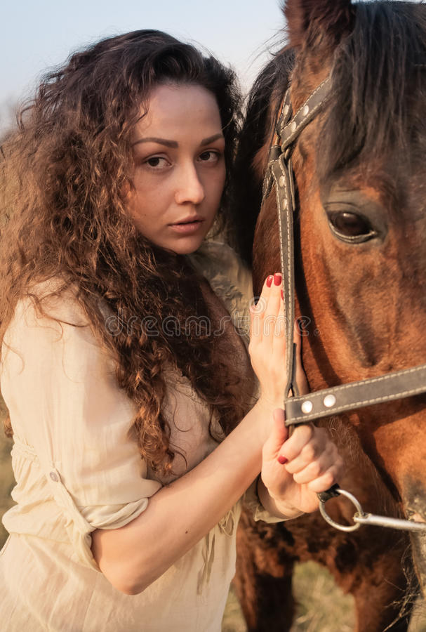 Menina bonita com um cavalo fotos de stock