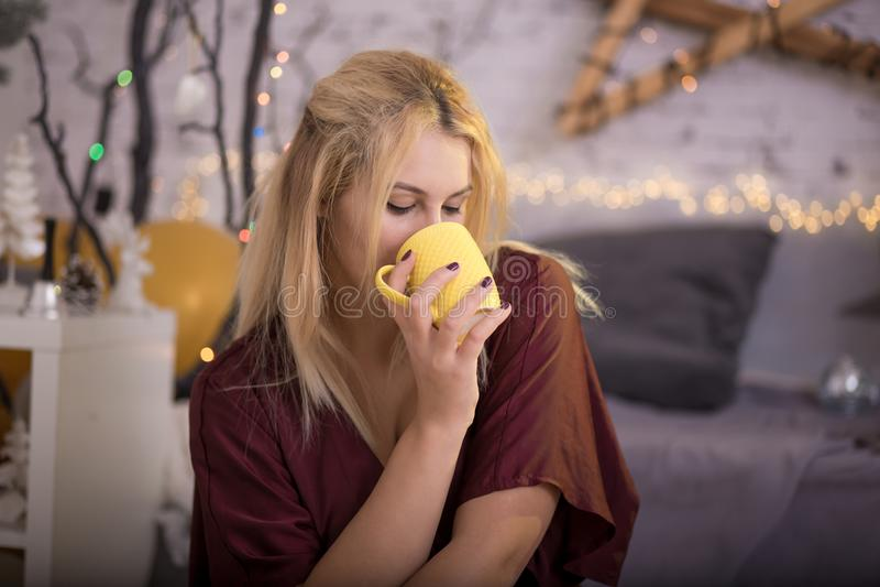 Menina bonita com um copo do chá imagens de stock