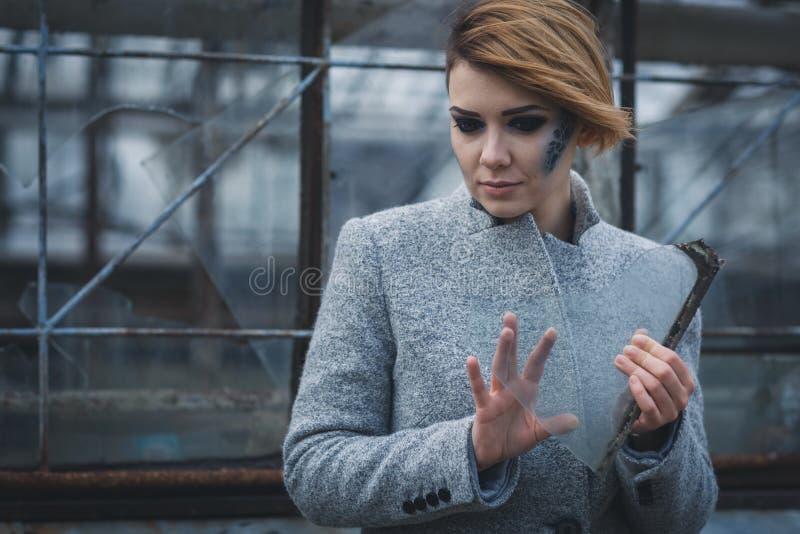 Menina bonita com um estilhaço de vidro foto de stock royalty free
