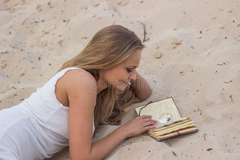 Menina bonita com um livro imagens de stock