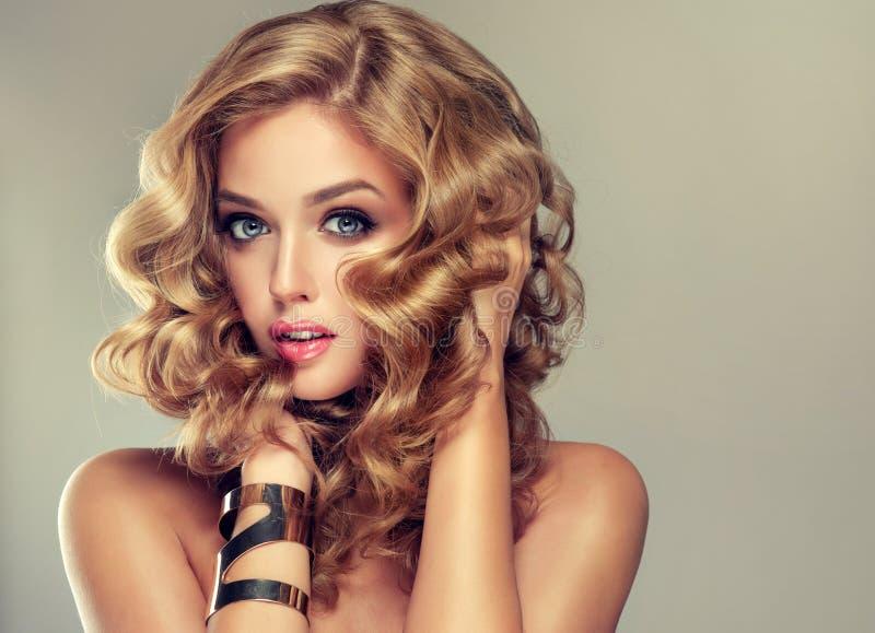 Menina bonita com um penteado elegante foto de stock royalty free