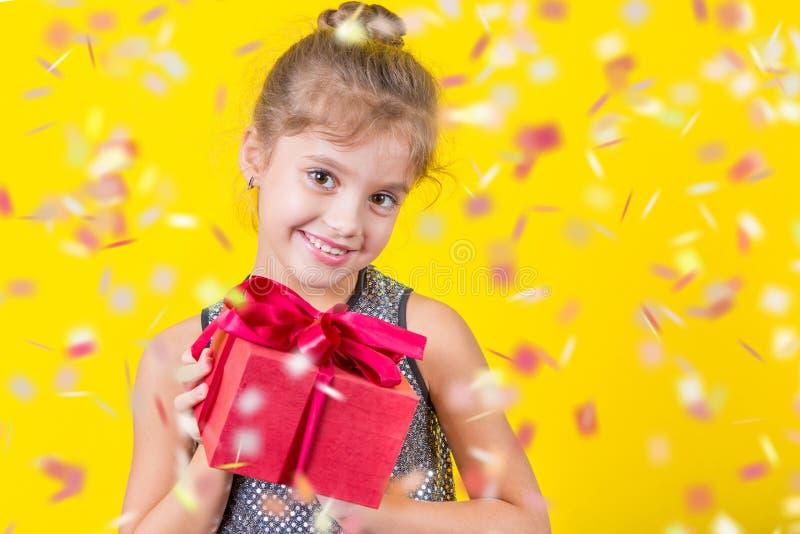 Menina bonita com um presente imagens de stock